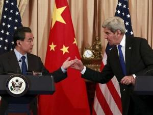 Den kinesiske udenrigsminister Wang Yi fremlægger <br>en udvej i stedet for krig for USA's udenrigsminister John Kerry