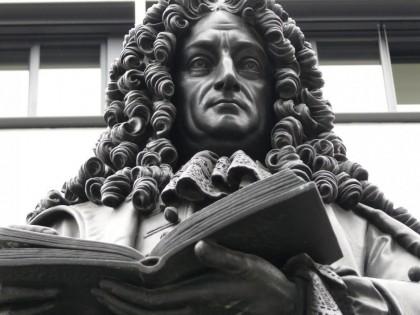 Gottfried Leibniz (1646-1716), et fantastisk, <br>optimistisk geni, brugte sit liv på at forbedre <br>menneskeheden – inden for økonomi, <br>videnskab, filosofi og politik. Leibniz <br>opfandt kalkulussen og skabte læren om <br>fysisk økonomi, og hans arbejde og liv <br>tjener som model for nutiden og var en <br>inspiration for den unge Lyndon LaRouche.