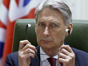 Den britiske udenrigsminister Hammond presser på for <br>endnu flere NATO tropper som baltisk &#8216;snubletråd&#8217;