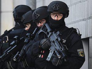 Efter terrorangrebene i Nice, Würzburg og <br>München er samarbejde med Rusland endnu <br>mere presserende nødvendigt <br>– uacceptabelt at benytte anledningen <br>til at indføre politistat. <br>Af Helga Zepp-LaRouche