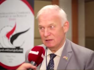 Ulf Sandmark fra det svenske Schiller Institut kommenterer demonstration <br>med millioner af deltagere i Sanaa, Yemen, 20. august 2016. <br>Video, vist på Yemen-Tv.