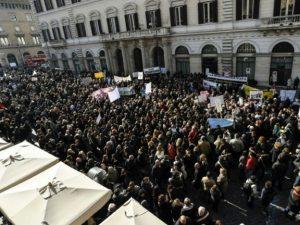 Overlevende ofre for italiensk jordskælv: Red os, ikke bankerne!