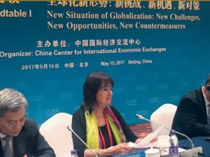Helga Zepp-LaRouches tale på <br>Bælt &#038; Vej Forum for <br>Internationalt Samarbejde i Beijing. <br>&#8220;Hvor ønsker vi, menneskeheden som helhed skal være om 10, 100 eller endda <br>1000 år? Er det ikke menneskehedens naturlige skæbne, som den hidtil eneste <br>kendte, kreative art i universet, at vi i fremtiden vil bygge landsbyer på Månen, <br>udvikle en dybere forståelse af de billioner af galakser i vort univers, løse spørgsmålet <br>om sygdomme, der hidtil ikke har kunnet kureres, eller løse spørgsmålet om <br>sikkerhed for forsyning af energi og råmaterialer gennem udvikling af <br>termonuklear fusionskraft? <br>Ved at fokusere på menneskehedens fælles mål, vil vi blive i stand til at overvinde <br>geopolitik og etablere et højere fornuftsgrundlag, til fordel for alle.&#8221;