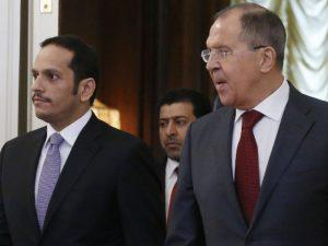 Ruslands og USA's udenrigsministre, Lavrov og Tillerson hhv., <br>og Qatars udenrigsminister diskuterer krise i Qatar