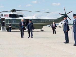 Forrædere står bag både økonomiske og <br>militære operationer for at stoppe Trumps <br>bestræbelser på at opbygge relationer med <br>Rusland og Kina