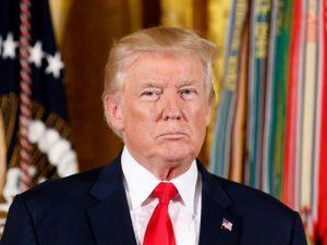 Trump underskriver sanktioner, men <br>advarer Kongressen om forfatningsstridighed