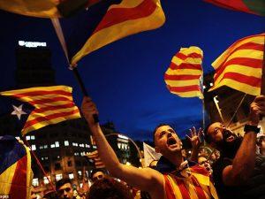 Krisen i Spanien eskalerer med regeringen, der påkalder forfatningens artikel 155