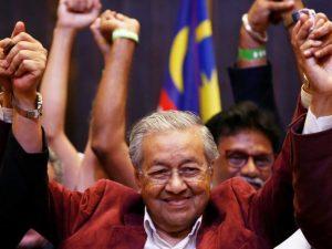 Mahatir taget i ed som Malaysias premierminister; <br>roser Kinas Bælte &#038; Vej