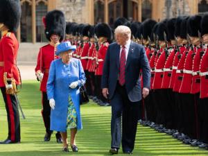 Vi vrænger næse ad den britiske dronning