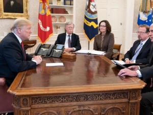 Trump forsvarer præsidentskab mod de britiske kræfter